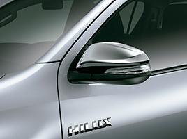 Espejos retrovisores cromados con regulación y rebatimiento eléctrico, guiño incorporado y desempañador.